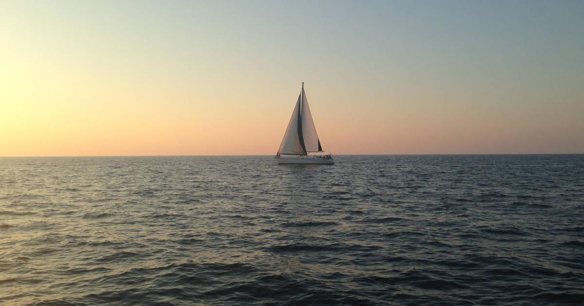 Barca in mezzo al mare in viaggio verso Itaca