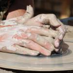 Mani che lavorano argilla