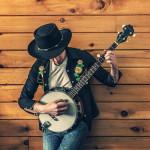 uomo che suona il banjo