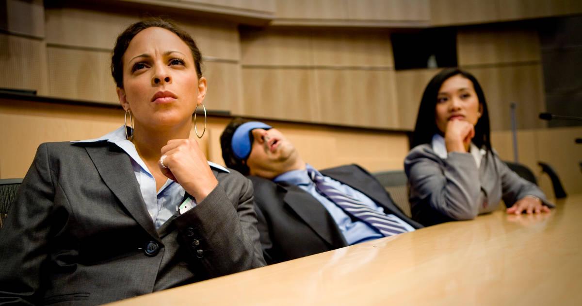 uomo che dorme in un congresso