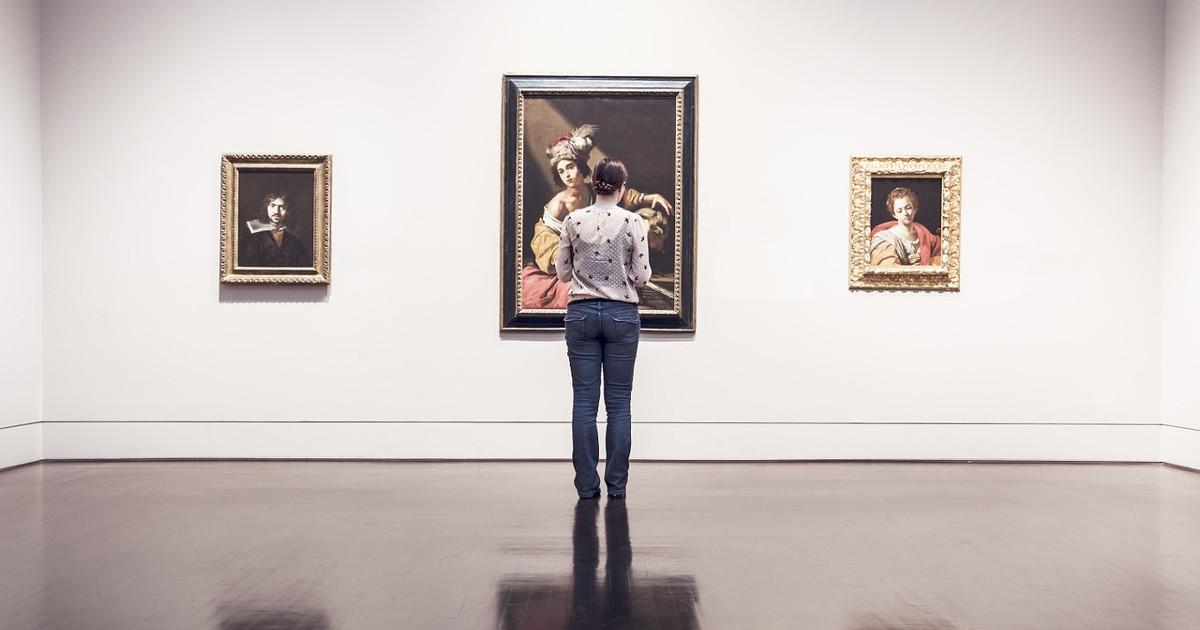 Ragazza che guarda i quadri al museo