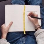 Ragazza che scrive sul diario pensando a uno scopo della scrittura