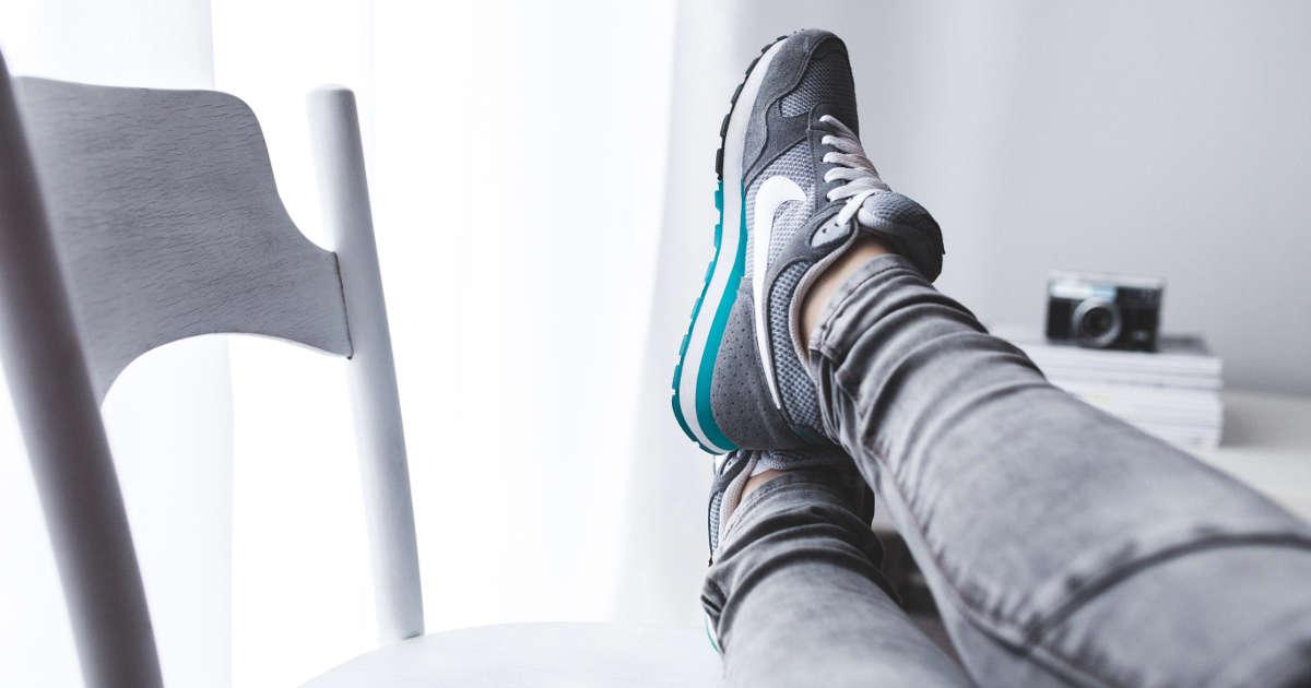 Social media manager in relax con i piedi sulla sedia