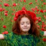 Lo storytelling di una bambina fra i papaveri