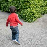 Bambino al bivio che non sa dove andare.