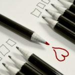 Una matita disegna un cuore di colore rosso, tutte le altre matite disegnano dei quadrati.
