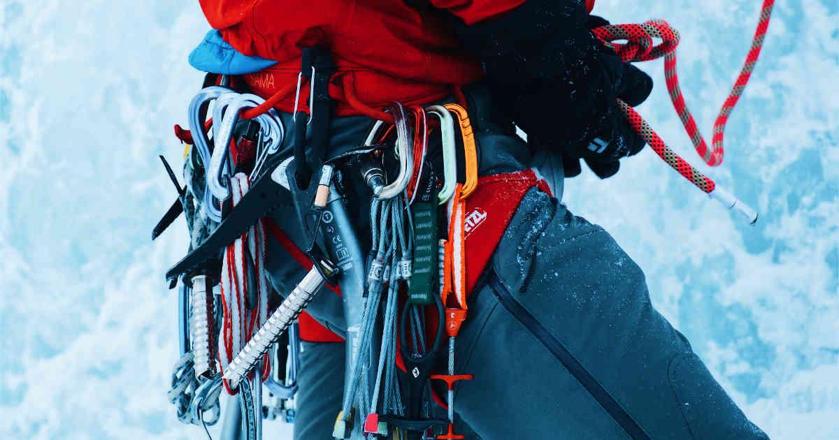 Alpinista con gli attrezzi del mestiere