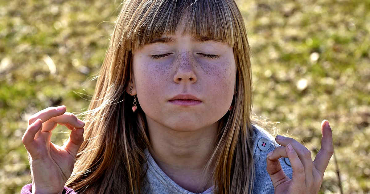 Bambina che medita in silenzio