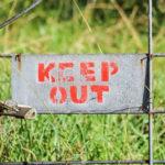 Cartello Keep Out per le frasi vietate del parlare in pubblico