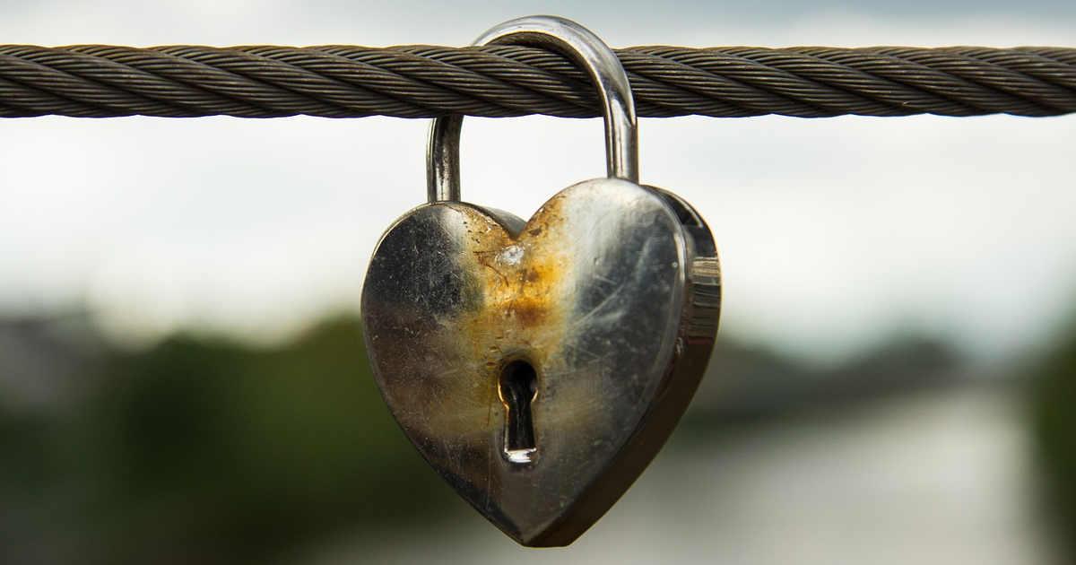 Un lucchetto a forma di cuore, fra razionalità ed emotività.