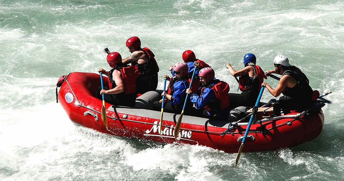 Un team con un leader su un gommone in mezzo alle rapide