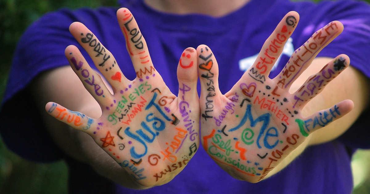 Parole scritte sulle mani.