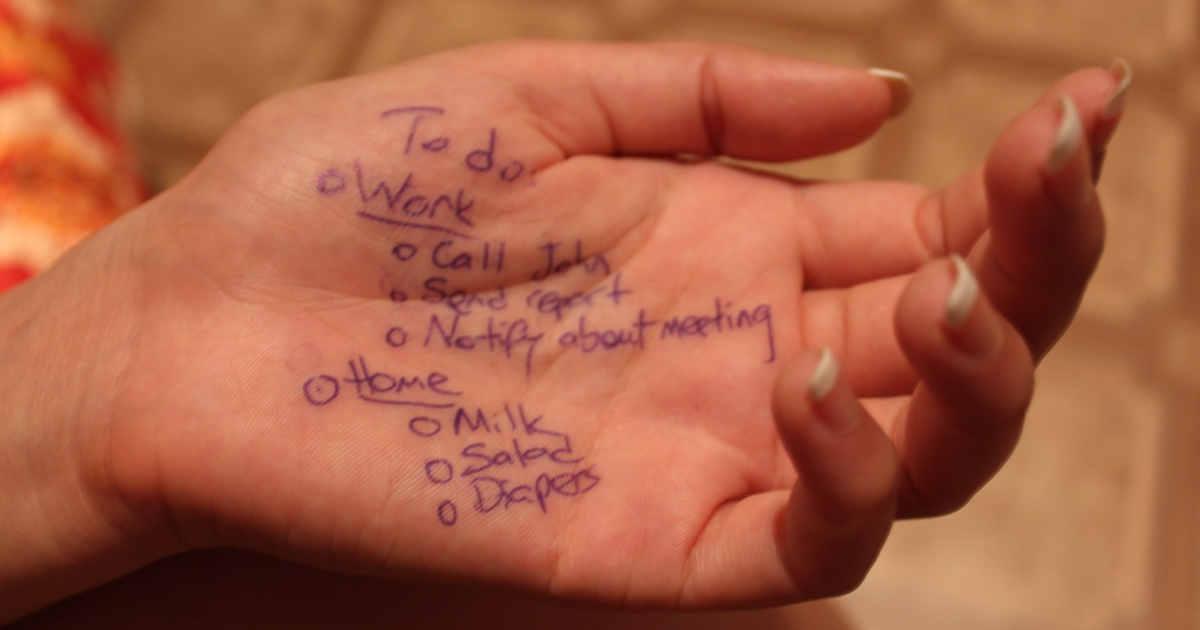 To do list scritta sul palmo della mano