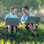 Bambini che ridono navigando con il loro computer