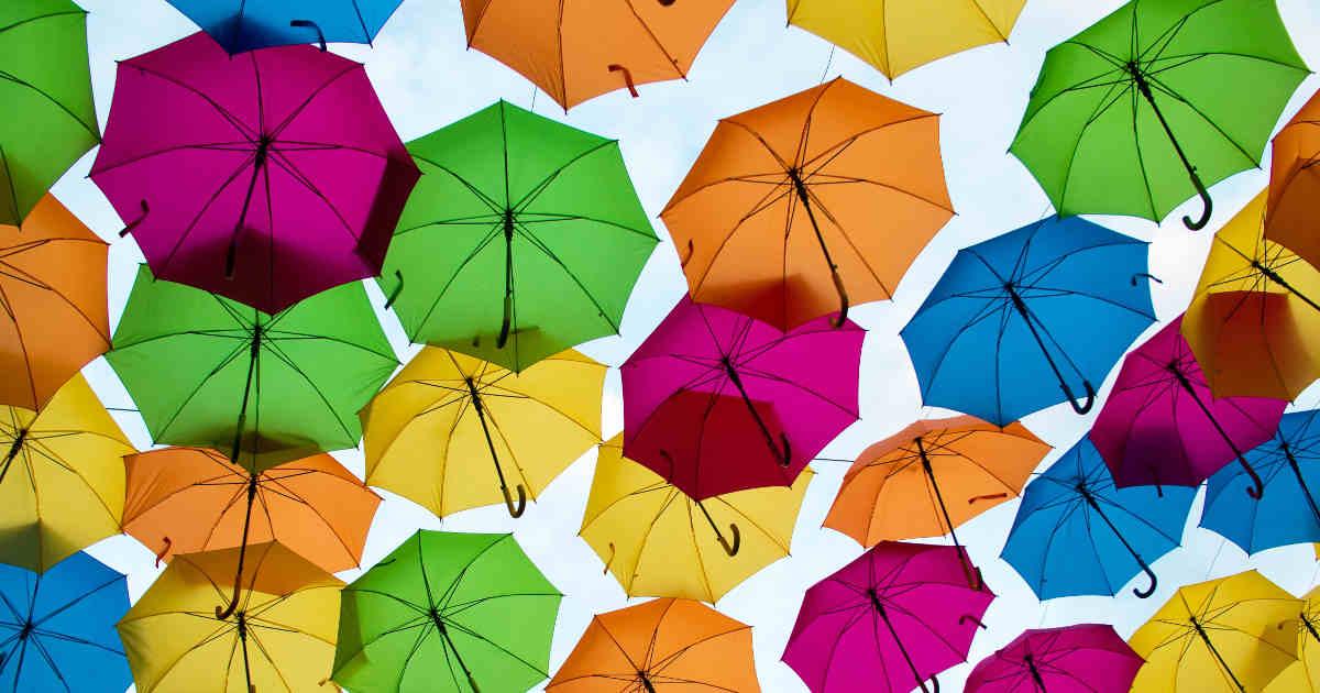 Ombrelli colorati aperti sospesi in aria
