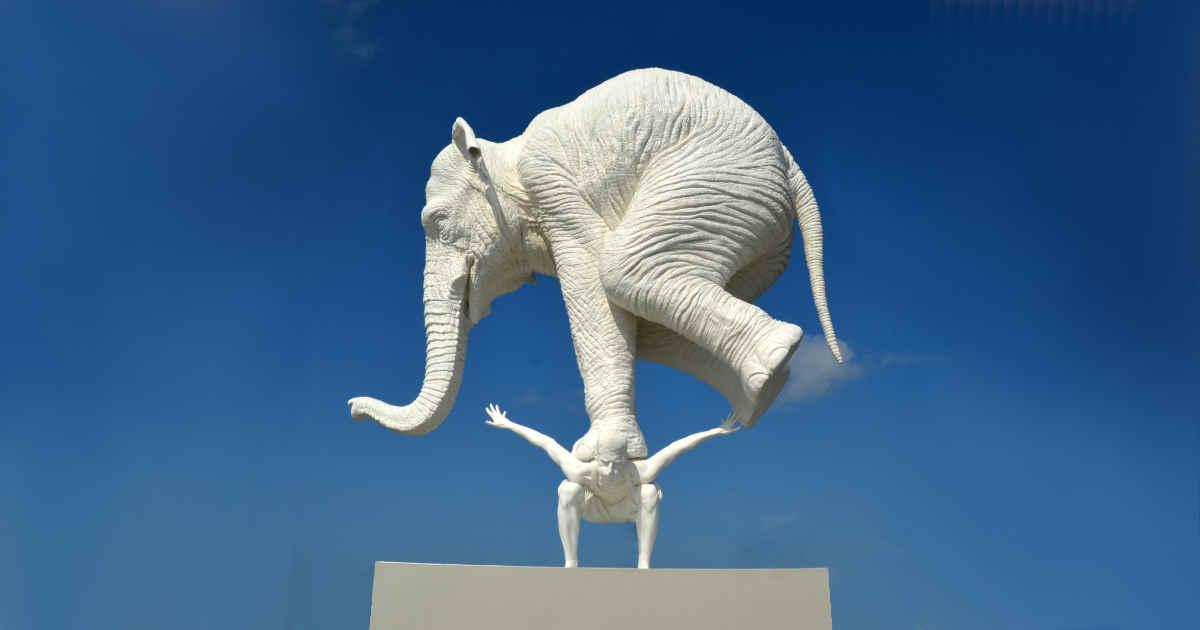 Un uomo che sostiene un elefante