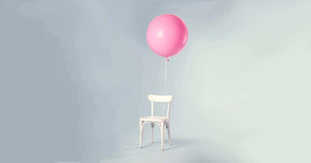 Un compleanno festeggiato con una sedia vuota e un palloncino rosa