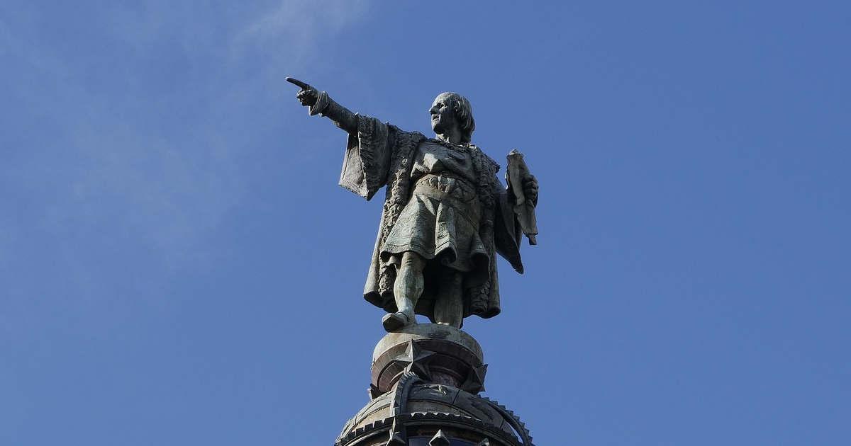 Statua di Cristoforo Colombo che indica la direzione come un vero leader