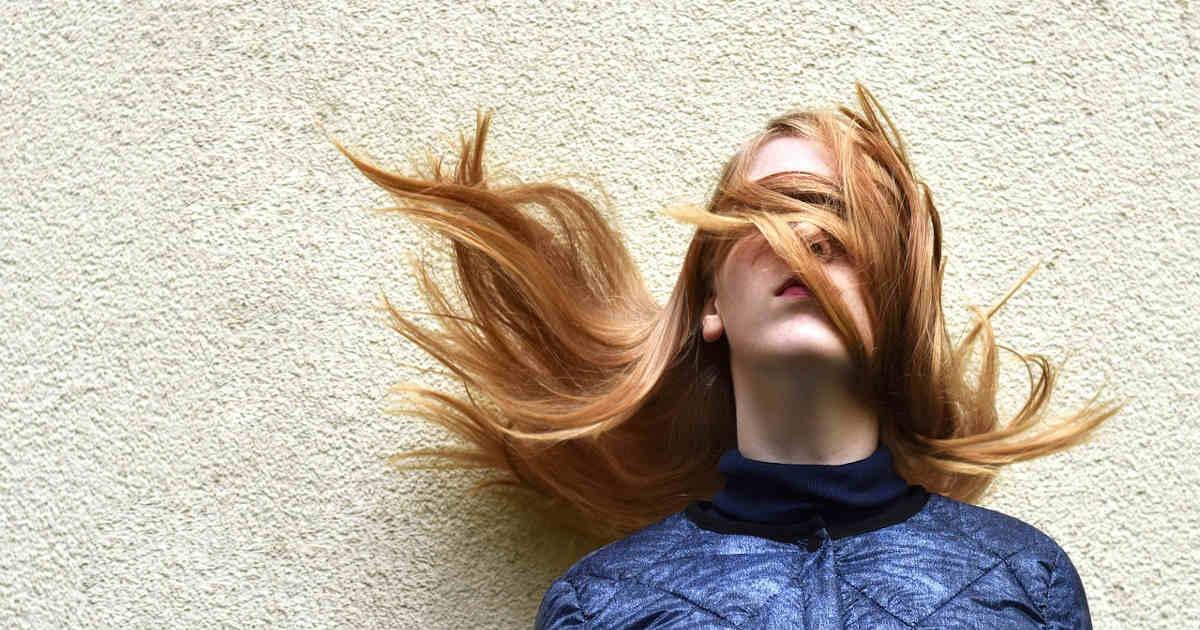 Ragazza bendata dai suoi stessi capelli
