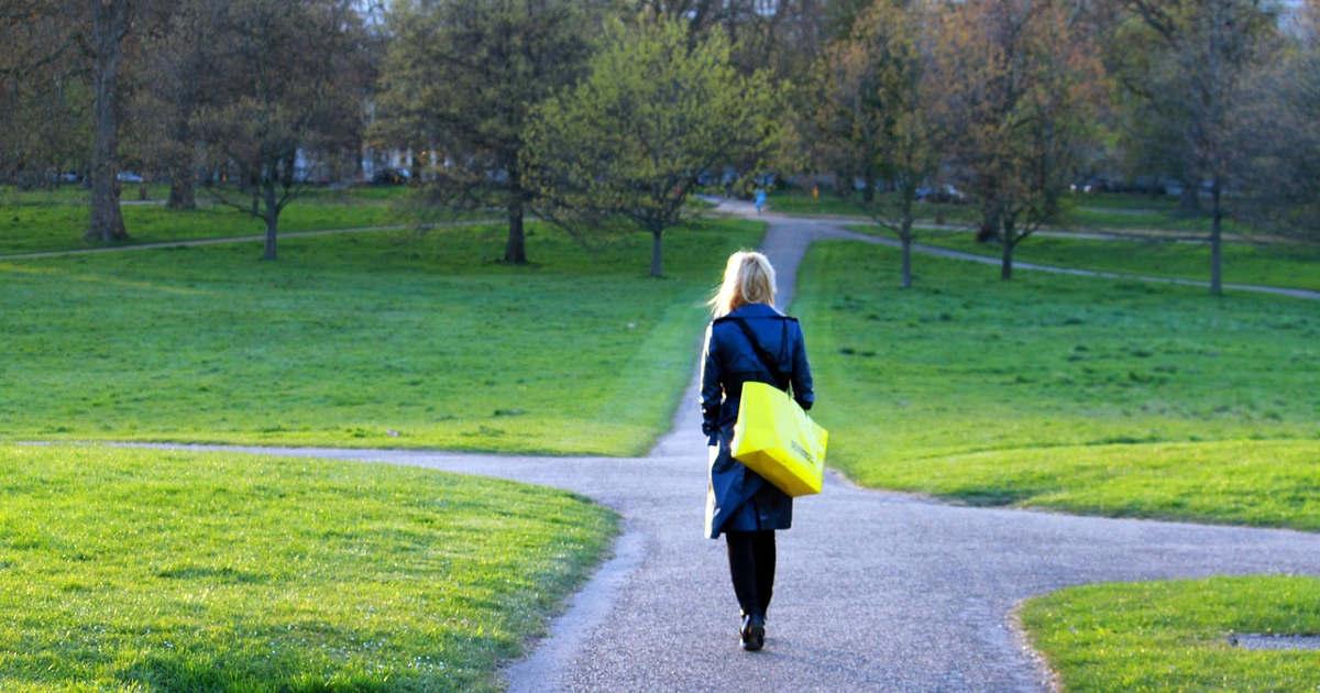 Una ragazza in un parco cheha davanti più direzioni da poter prendere.